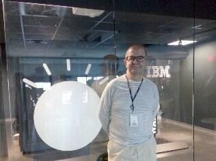 Fábio Gandour posa ao lado de uma das unidades de hardware do Watson, o supercomputador da IBM