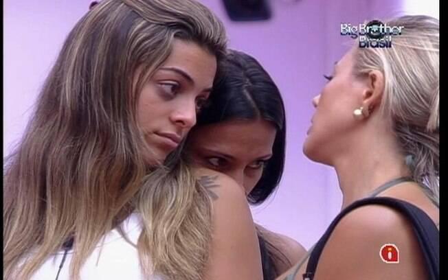 Kelly recebe o conforto de Monique e Fabiana