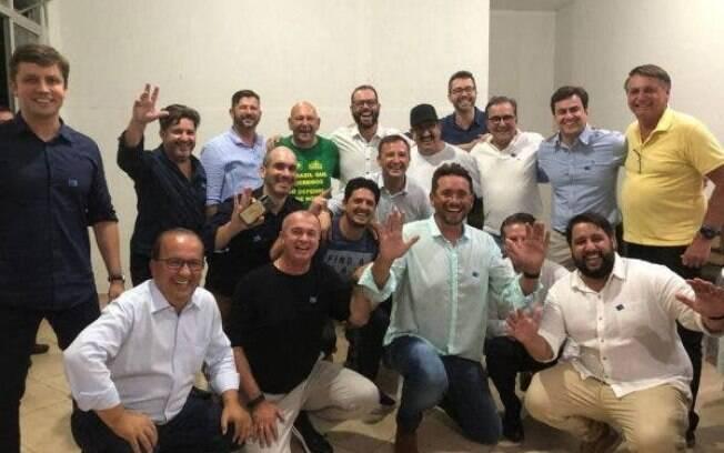 Sem máscaras, Bolsonaro, Luciano Hang, Ratinho e ministro das comunicacões participam de evento em SC