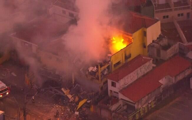 Um explosão que atingiu um supermercado causou incêndio e deixou um homem gravemente ferido em São Paulo