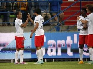 Lucas comemora gol com Marquinhos e é observado de perto pelo zagueiro David Luiz