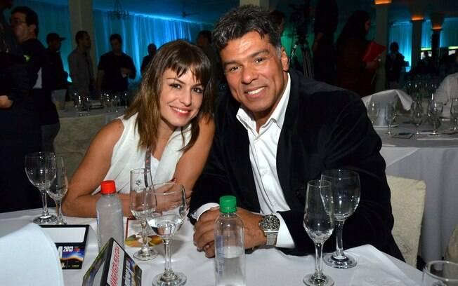 Maurício Mattar vai à Festa Nacional da Música Brasileira, em Canela, RS, acompanhado da namorada, Bianca Andrade