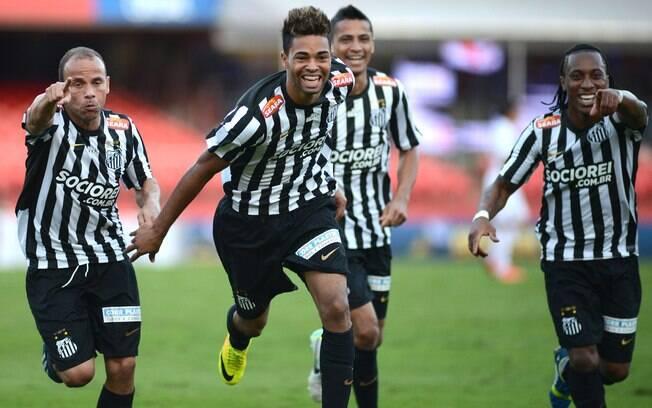 Jogadores do Santos comemoram gol de Giva no  clássico