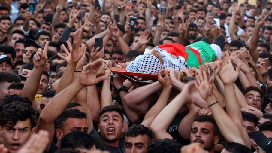 Palestino morto carregado por multidão na Cisjordânia