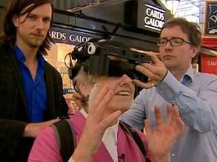 Com o uso dos óculos inteligentes, a britânica Lyn Oliver consegue ver pessoas e objetos com mais clareza que antes seria impossível
