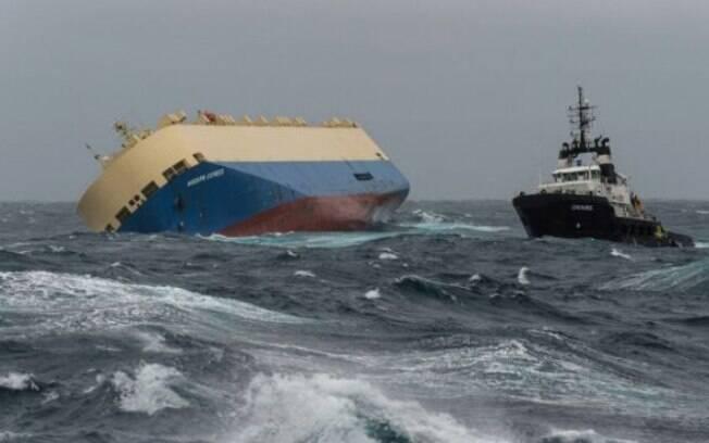 Navio de bandeira panamenha está tombado em um ângulo de quase 50 graus