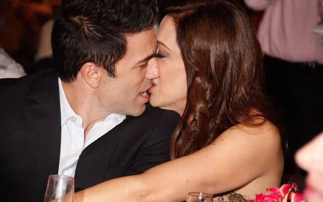 Claudia Raia e Jarbas Homem de Mello se beijam durante cerimônia de entrega do Prêmio Shell, em São Paulo