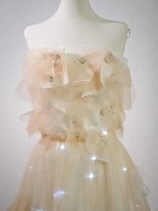 A noiva deve ser ousada, para que o vestido iluminado combine com a sua personalidade