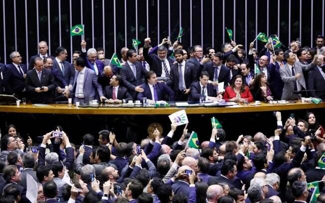 Clima de festa: parlamentares governistas comemoram os 379 votos favoráveis na votação da reforma, na quarta-feira 10