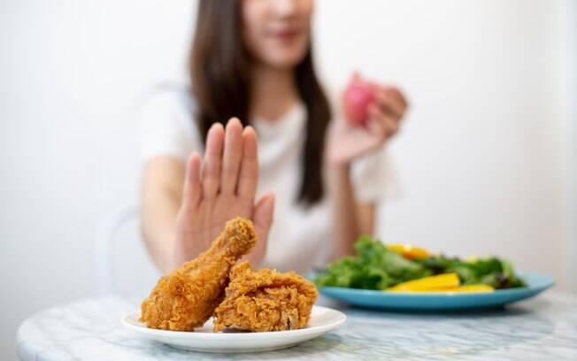 Cuidado com as armadilhas! Comidas com muito molhos e frituras devem ser evitados, e é melhor variar nas escolhas