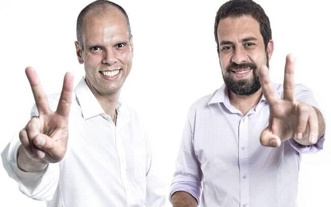 Em fotos separadas, os candidatos Bruno Covas e Guilherme Boulos fazem o V da vitória -