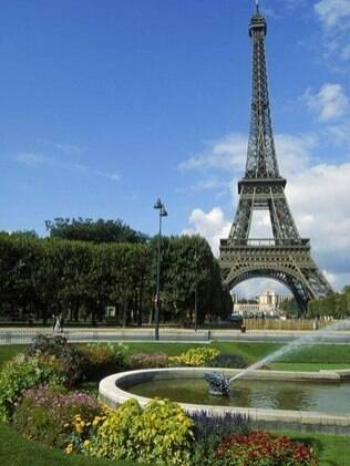 Não deixe de subir na torre Eiffel e ver toda a cidade de Paris do alto