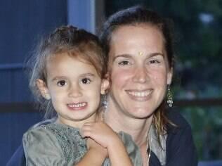 Vanessa Lóes e Paula Braum levam as filhas ao teatro
