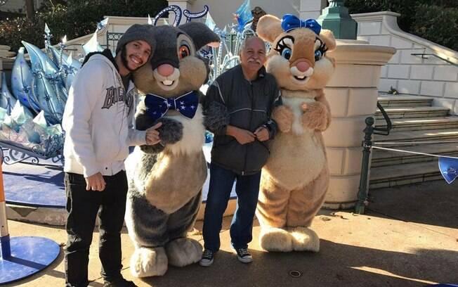 Diego e Gerson visitaram durante o mochilão parques de diversões e juntos brincaram e tiraram fotos com personagens