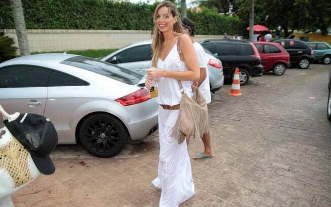 Mariana Weickert também investiu no vestido branco para a festa