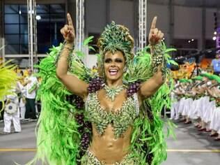 Viviane Araújo canta com a galera no Anhembi no desfile da Mancha Verde