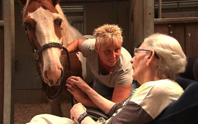 Mulher idosa realiza desejo de montar um cavalo antes de morrer