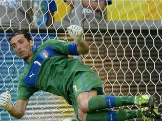 Buffon pegou três pênaltis uruguaios na disputa final