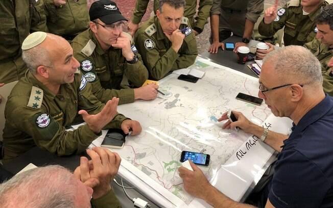 Tropas israelenses conversam antes de embarque para o Brasil para atuar nas buscas na tragédia de Brumadinho