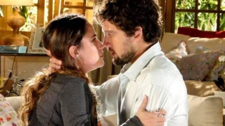 Rodrigo procura Ana na casa de Iná