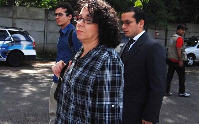 Gil Rugai chega ao Fórum da Barra Funda, em São Paulo, com a mãe e o irmão