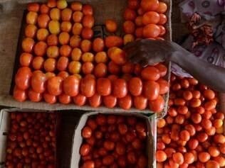Queda nos preços de tomate e passagem aérea puxam inflação pra baixo, diz FGV - Home - iG