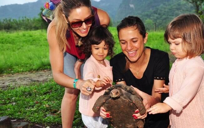 Bianca Rinaldi curte descanso com a enteada Vanessa Menga e a filhas Sofia e Beatriz