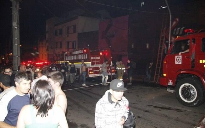 Bombeiros fazem o socorro na boate enquanto populares chegam para acompanhar o resgate