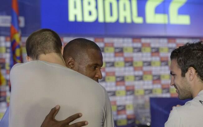 Abidal recebe abraço de Pique em sua  despedida do Barcelona