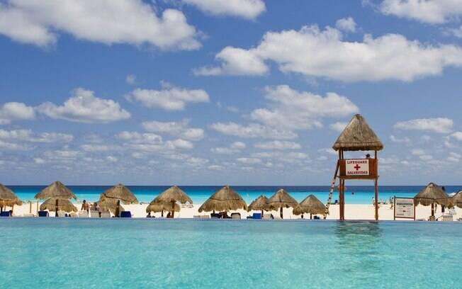 Em Cancún, dá para relaxar nas piscinas com vista para o mar