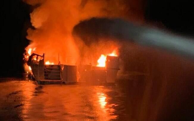 Pelo menos 34 pessoas estão presas em navio que pegou fogo