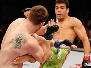 Machida (dir.) acertou um forte chute na costela do rival, que desabou