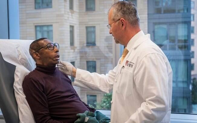 Robert ao lado do doutor Bohdan Pomahac, que comandou a equipe de cirurgia.