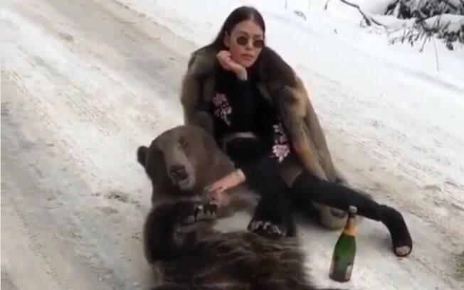 O vídeo motivou reações opostas nas redes: algumas pessoas amaram, enquanto outras repudiaram a situação com o urso