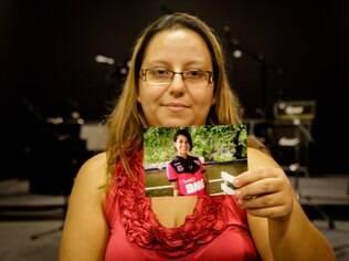 Ana Paula segura uma foto da filha Vitória, 13 anos: queda repentina nas notas escolares