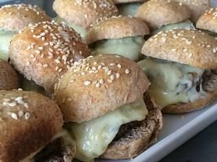 Dá trabalho, mas vale a pena fazer hambúrguer em casa ao invés de comprá-lo pronto