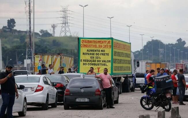 Greve dos caminhoneiros leva a protesto contra elevação no preço do diesel na rodovia BR-040, em Duque de Caxias