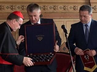 Cardeal também foi presenteado com jogo de xadrez