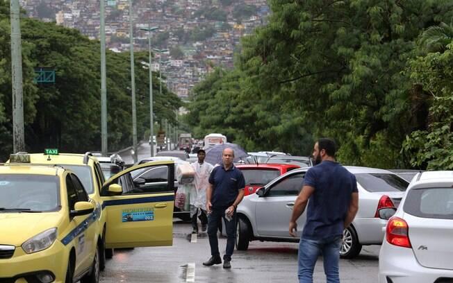 Trânsito ficou caótico no Rio de Janeiro devido a interdições e chuva nesta manhã