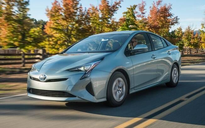 Capaz de fazer até 30 km com um litro de gasolina, o Toyota Prius é bem ágil para um híbrido, graças ao bom torque do motor elétrico.