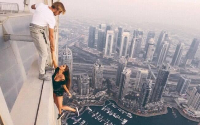A modelo russa Viki Odintcova se pendurou de um prédio de mais de 300 metros de altura para tirar uma selfie