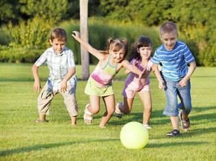 As crianças devem usar protetor solar sempre que estiverem em atividades ao ar livre