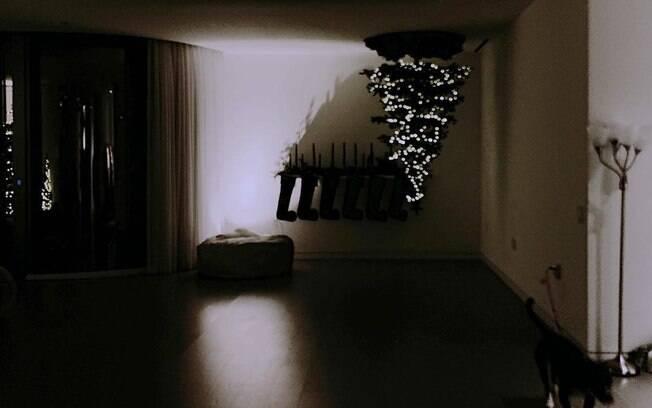 De cabeça para baixo? A cantora Ariana Grande não é a única a inovar ao montar a árvore de Natal; veja outras ideias