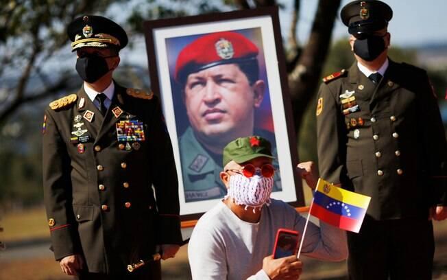 Funcionários de Maduro são suspeitos de queimar arquivos da embaixada localizada em Brasília