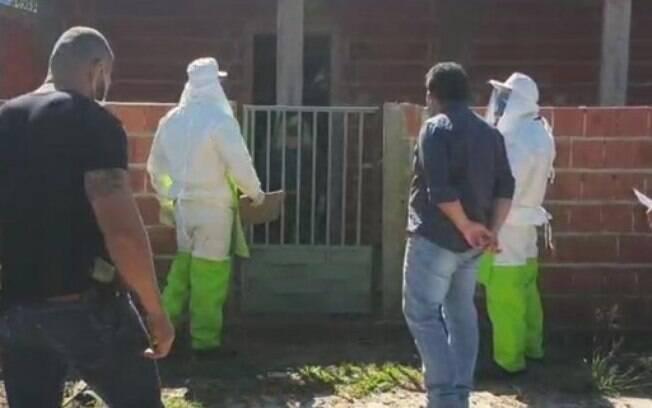 Agentes de saúde, policiais e autoridades municipais vão até casa de mulher infectada com coronavírus
