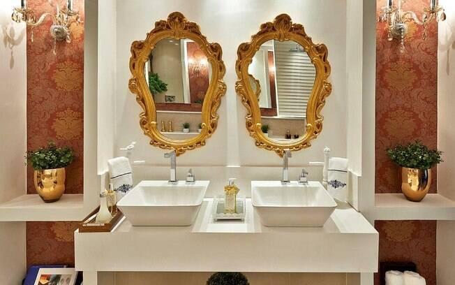 Quem disse que o banheiro também não pode ter um toque de dourado. Projeto de Camila Braga na Casa Cor Goiás
