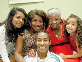 Ketleyn Quadros foi homenageada no Minas ao lado da família