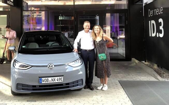 O CEO da VW, Herbert Driess, na foto com a filha, testou o ID.3 numa viagem de férias da Alemanha para a Itália