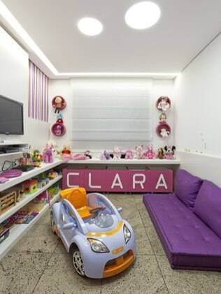 Móveis baixos para facilitar o acesso da criança. Projeto da arquiteta Iara Santos
