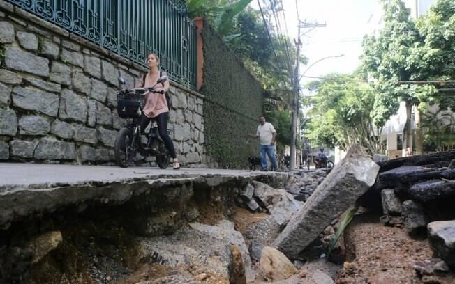 Obras em condomínio de luxo alteraram nascente de rio e moradores relacionam fato ao drama das enchentes